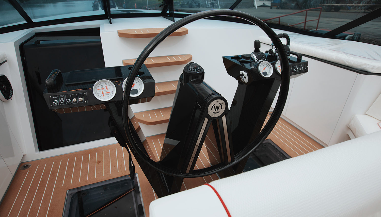 Vripack - California 52' - Waterdream - Detail of the steering console - W-shape - Human Centred Design